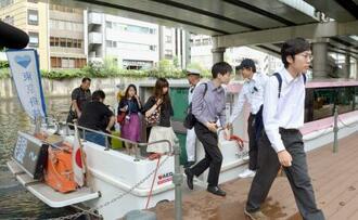 船通勤の社会実験で日本橋に到着した人たち=24日午前、東京都中央区