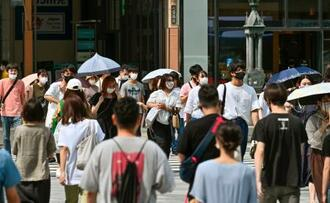 大阪・心斎橋の交差点を歩くマスク姿の人たち=1日午後