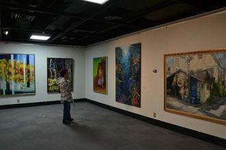 個性豊かな作品がそろった第40回沖縄女流美術展=16日、那覇市民ギャラリー