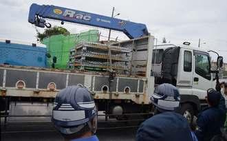 資材を積んで米軍キャンプ・シュワブに入る工事関係車両=16日午前9時24分、名護市辺野古