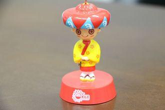 花笠マハエ。沖縄観光コンベンションビューローのキャラクター。企画広報室所属。4人目のミス沖縄として県内の観光情報を発信する。好奇心旺盛のおてんば娘。 琉舞をたしなむ