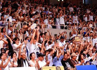 勝利の瞬間、沸き上がる満員のブースター=沖縄市体育館(田嶋正雄撮影)
