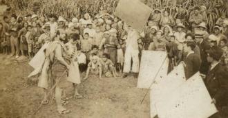 1937年公開の映画「オヤケアカハチ」の撮影風景。現在の糸満市とみられる(豊見城市教委提供)