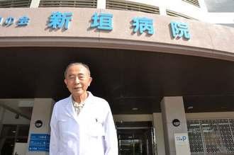 90歳の現役医師、新垣元武さん=沖縄市安慶田・新垣病院