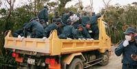 <米軍ヘリパッド>機動隊員、建設業者の車両で移動 荷台に20人