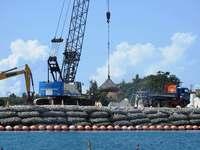 辺野古新基地:K9護岸で砕石投入続く
