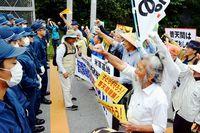 普天間停止「約束守れ」/ゲート前 60人が抗議