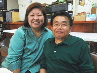 北米沖縄県人会館でヴィクトリアさん(左)と光雄さん夫妻