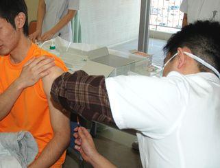 はしかの予防接種(資料写真)