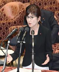 衆院予算委で答弁する稲田防衛相=17日午後