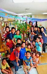七夕の飾り付けを楽しんだ子どもたち=6月27日、内間児童センター