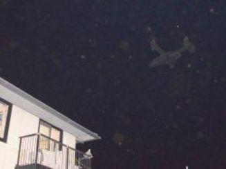 2016年7月、宜野座村城原区の住宅地上空を低空飛行するオスプレイ(右上)