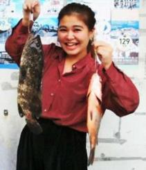 那覇港で42・5センチ、1・13キロのミーバイなどを釣った親川みるきさん=10月29日
