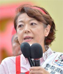 演説する島尻安伊子氏(2016年)