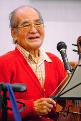 演奏を終え、笑顔を見せる鳩山寛さん