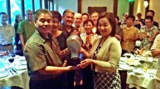 県系初のイゲ州知事誕生祝賀・激励会で交流を深めたJTB協定旅館ホテル連盟沖縄支部・レキオス会のメンバーら=10日、ホノルル市内