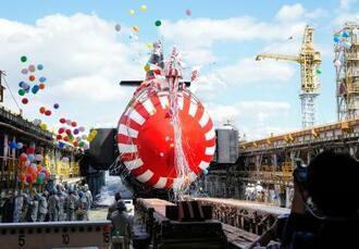 進水する潜水艦「はくげい」=14日午後、神戸市