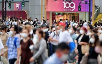 緊急事態宣言が続く東京・渋谷の繁華街、道玄坂周辺を行き交う多くの人たち=2日午後