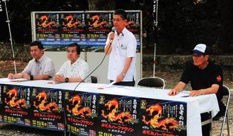 多くの参加を呼び掛けた瑞慶覧長敏市長(右から2人目)=31日、南城市佐敷・佐敷上グスク