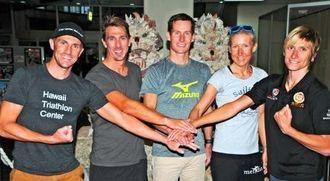 健闘を誓う(左から)ベンジャミン・ウィリアムス、マット・クラーク、サム・ヒュー、ジュリア・マイ、タマラ・コズリナの5選手=宮古空港