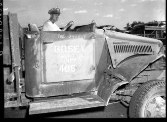 米海軍が沖縄で撮影した中国兵と米軍の戦時余剰品。「BOSEY(ボーセイ)」と記されている(県公文書館所蔵)