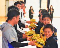 阪神の選手が来たぞ/宜野座中 生徒らゲーム交流