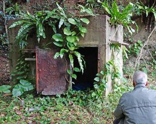 沖縄本島北部に残る私宅監置跡。中は暗く、頑丈な鉄の扉が付いていた