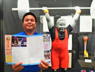 「子どもたちの頑張るきっかけになればうれしい」と話す2大会連続で重量挙げのオリンピック代表に選ばれた吉本久也さん=7日、東村文化・スポーツ記念館