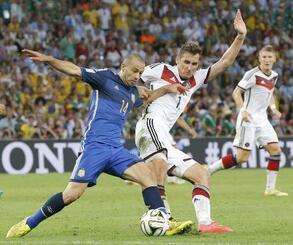 W杯ブラジル大会の決勝でドイツのクローゼと競り合うマスケラーノ(左)=2014年7月