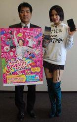 キャンペーンをPRするUnaさん(右)と沖縄セルラー電話営業部の兼城学課長=6日、沖縄タイムス社