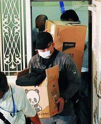 容疑者宅を家宅捜索し関係資料を押収する捜査員=21日午後8時44分、与那原町