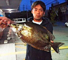 安謝の護岸で45.7センチ、2.07キロのカーエーを釣った比嘉一歩さん=5日