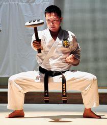 チーシを使った鍛錬方法を紹介する国際明武舘剛柔流の八木明広氏
