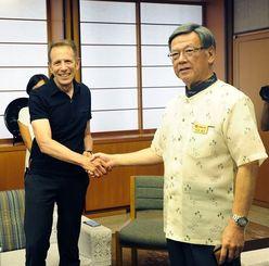 2015年7月、沖縄県庁で翁長雄志知事(右)と会談し、沖縄に進出する方針を正式に伝えたユー・エス・ジェイのグレン・ガンペル最高経営責任者(当時)