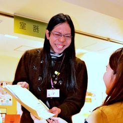 笑顔で業務をこなすまぁ〜ちゃん=1月31日、沖縄市男女共同参画センター