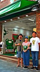 オリジナルキャラクターのアパレル商品を販売するオフィシャルショップを開いた城間さん(左)ら=6日、那覇市牧志