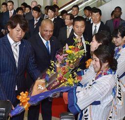 歓迎式で花束を受け取るDeNAのアレックス・ラミレス監督(左から2番目)ら=那覇空港(金城健太撮影)