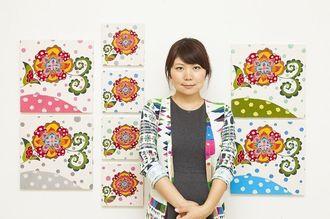 コースター制作の資金を募る紅型作家の新垣優香さん