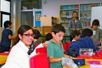 子どもを指導する伊良波千明さん(手前左)=ミラノ補習授業校