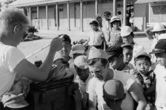 米軍と交流する児童