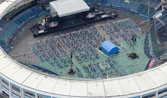 ZOZOマリンスタジアムで開幕した大規模音楽フェスティバル「スーパーソニック」=18日午後2時41分、千葉市(共同通信社ヘリから)