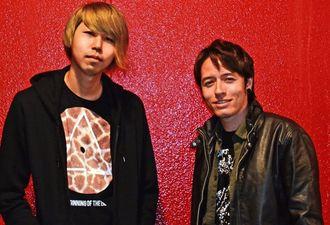 「音楽で世界と沖縄を結びたい」と意気込む、アズ・アライアンスの(右から)知念ブランダン・ニックスさんと儀間勇人さん=沖縄市上地・コザミュージックタウン