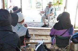 参加者に語り掛ける沖縄平和運動センターの山城博治議長=10日、名護市辺野古のキャンプ・シュワブゲート前