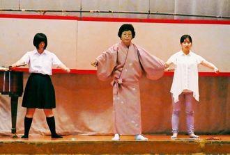 生徒や職員の前で「とうがにあやぐ」を指導する平良智枝子校長(中央)=4日、県立伊良部高
