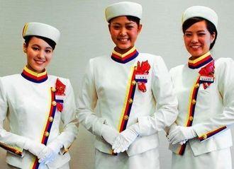 オリオンキャンペーンガールの(右から)稲嶺さん、比嘉さん、知念さん=14日、沖縄タイムス社