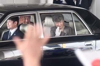 天皇、皇后両陛下が多くの人たちに見送られながら、那覇空港を後にする=27日午後、国内線ターミナル北側玄関前