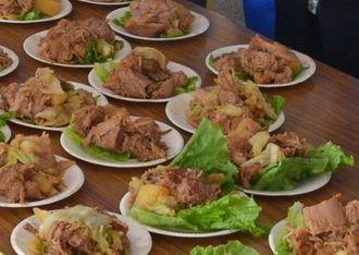 アグー豚の丸焼き200食が配られた