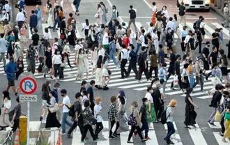 東京・渋谷のスクランブル交差点を歩く人たち。都内の新型コロナウイルスの新規感染者は5千人を超え、過去最高を更新=5日夕