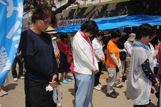長崎原爆の犠牲者に黙とうをささげる市民たち=9日、名護市辺野古の米軍・キャンプシュワブゲート前