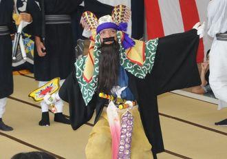 多良間島の「八月踊り」で組踊「忠臣仲宗根豊見親組」を演じる仲筋集落の住民=8日、多良間村仲筋の土原御願
